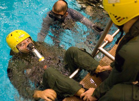 Amerikanske helikoptermannskaper, som flyr for Nato, trener på helikopterevakuering (HUET). Besetningen benytter trykkluftbasert pustesystem.