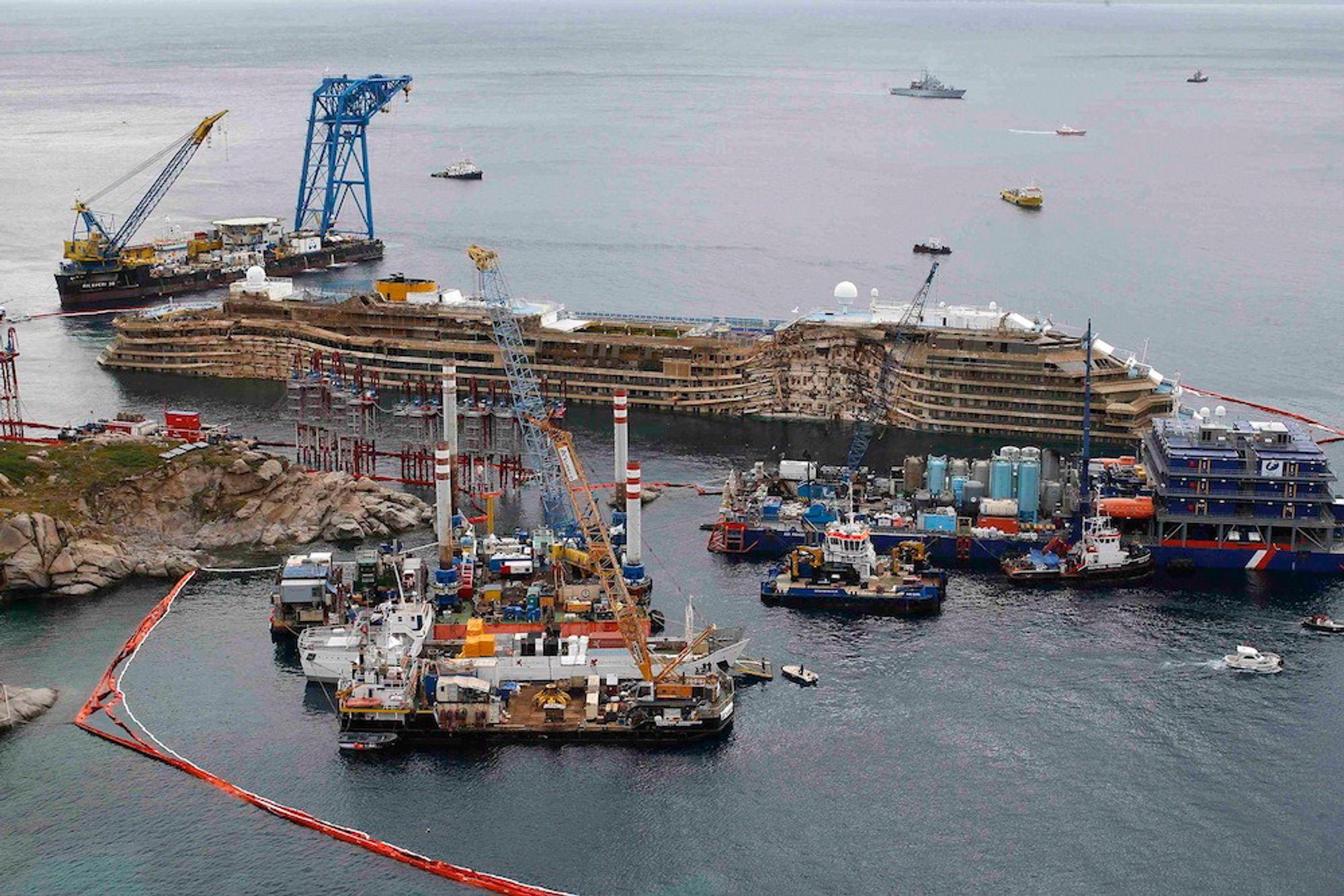 Støtt: Costa Concordia ble i september i fjor sakte dreiet over og rettet opp. En plattform og foreløpig havbunn ble bygget opp under henne. 30 pongtonger skal få skipet flytende 18.-20. juli i sommer.