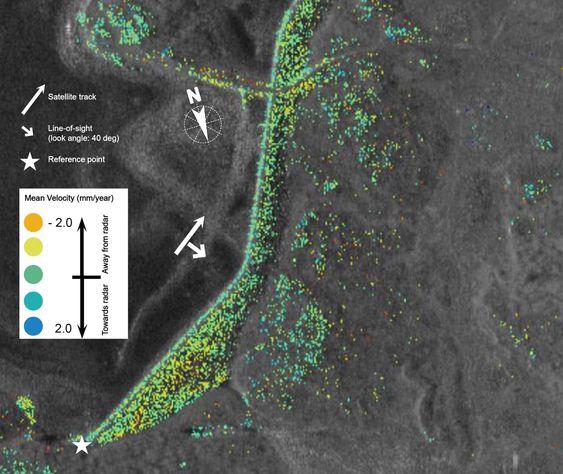 Bildet viser setningsmålinger produsert av Globesar AS over en demning. Målingene, illustrert med en fargeskala, har en oppløsning på cirka 3 meter og gir langt flere målepunkt enn dagens tradisjonelle målemetoder. Satellittmålingene brukt i dette bildet kommer fra satellitten TerraSAR-X, levert av den tyske romfartsorganisasjonen DLR.