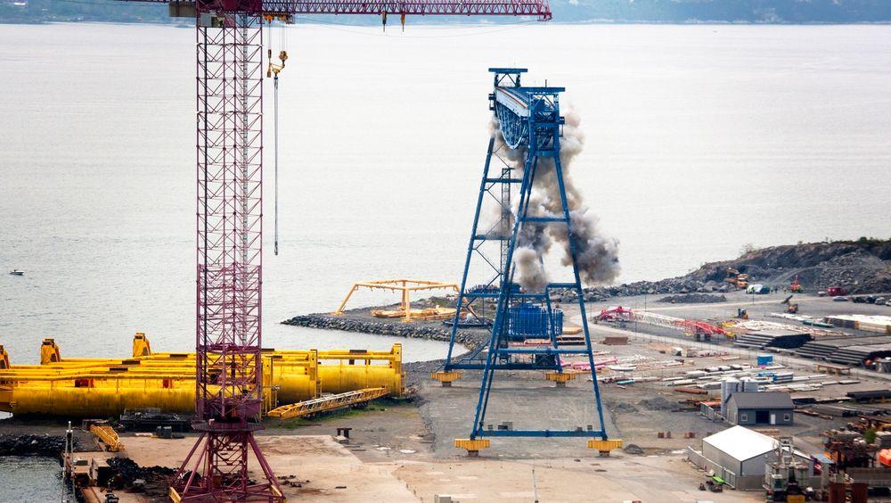 Bang: Her har flere av salvene gått av, men den 74 meter høye, 150 meter brede og 1000 tonn tunge krana står. Noen av ladningene gikk ikke av.
