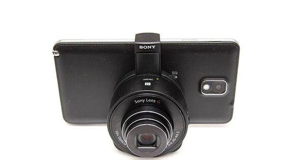 QX10 er et digitalkamera fra Sony som kan festes til telefonen din.