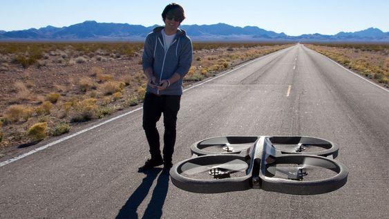 AR.Drone er et flyvende leketøy for voksne. Dette kvadrakopteret har kamera integrert, og styres med en smarttelefon eller et nettbrett.