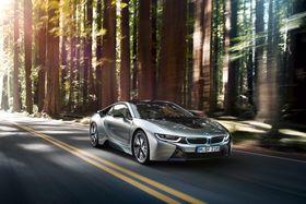 Ladehybrid: BMW i8 bruker masse karbonfiber i konstruksjonen av bilen slik at vekten er redusert til under 1500 kg. Med et oppgitt CO2-utslipp på 59 gram per kilometer kan man ha god samvittighet selv når man kjører et slikt råskinn.