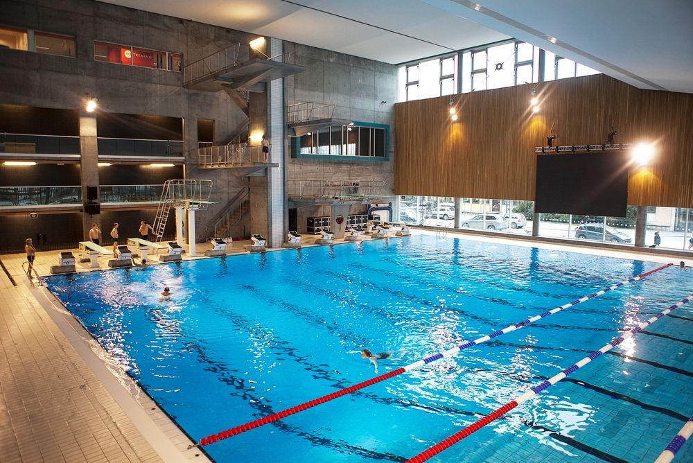 Blått led-lys kan redusere klorinnholdet i dagens badebasseng med 75 prosent. (Illustrasjonsfoto)