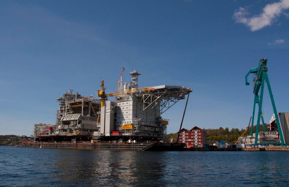 Plattformdekket til Eldfisk 2/7 S blir tauet fra verftet til Kværner på Stord i dag. Den skal bore 40 nye brønner i Nordsjøen, og bidra til forlenget liv til Eldfisk-feltet.