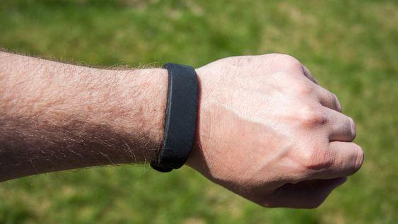 Smartband er lett, og sitter godt på håndleddet.