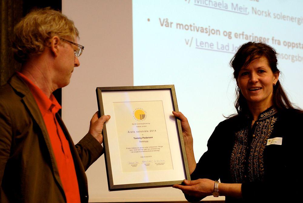 Tommy Pedersen i Statsbygg er kåret til Årets solstråle 2014, og fikk prisen overrekt av styreleder i Norsk solenergiforening, Michaela Meir