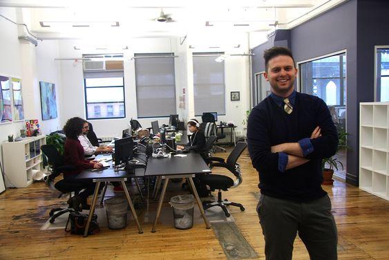 """- Det er ganske sjelden vi møter på elever som sier """"jeg liker bare opera"""". Hip hop og rap fungerer for de fleste, sier Flocabulary-grunnlegger Alex Rappaport. Her på sitt kontor i Dumbo, Brooklyn."""