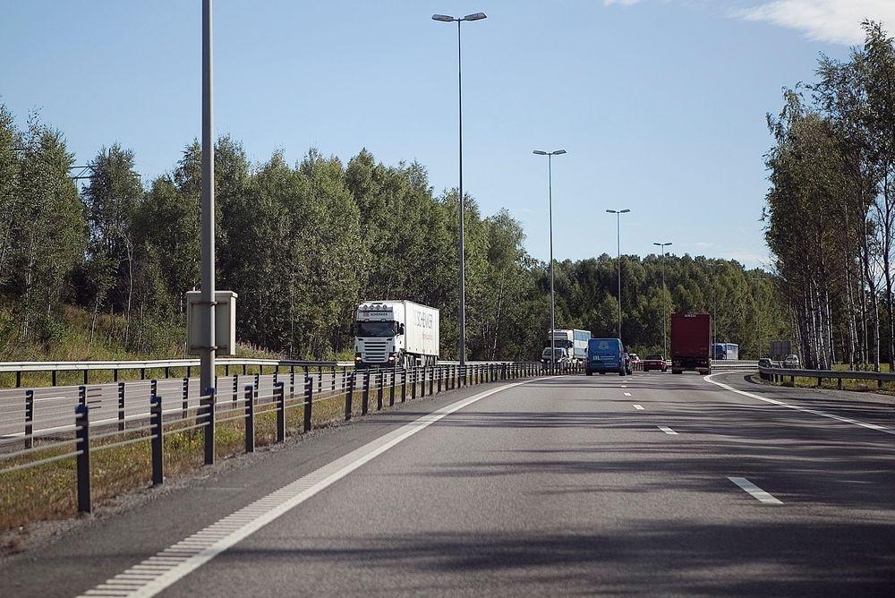 Ved å påføre et lag med titaniumdioksid på overflaten av veier, fortau og tunneler kan betongflatene være med på å rense luften for NOx-partikler.