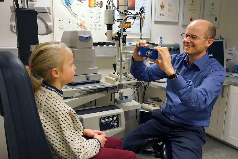 Tester: Optometrist Erik Robertstad i Interoptik Holt i Tønsberg er den første her i landet som bruker det nye kameraet når han tester om barn skjeler. Det gjør det mye enklere å avsløre feil i øynenes stilling samtidig som det gjør at man får like og konsistente svar på testene.