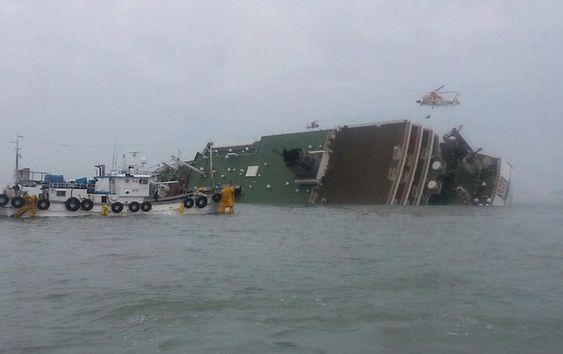 Små båter kom raskt til Sewol. Passasjerene fik kbekjed over høyttalerne om å forbli i ro og vente på redning.