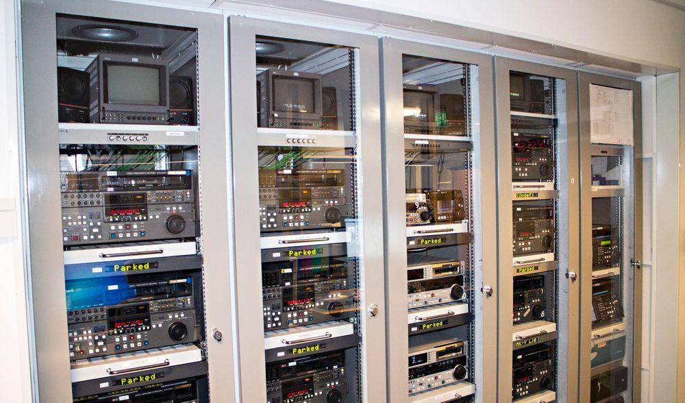 Gamle kassetter: I NRKs konverteringsrom står hylle på hylle med videospillere som brukes til å konvertere videoarkivet til filarkivet.
