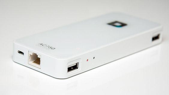USB-tilkoblingene kan brukes til lading og USB-lagringsenheter. I bunnen er det tilkobling for kablet nettverksaksess.