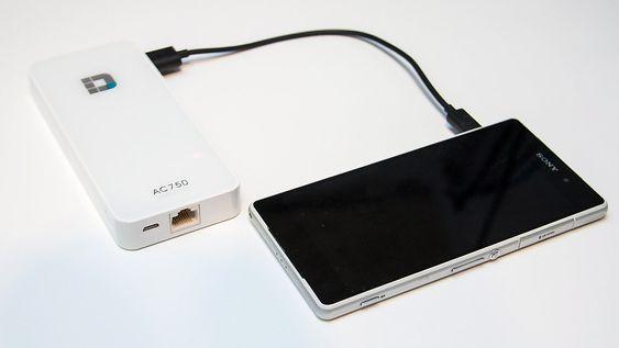 Om du trenger strøm på farten kan du bruke batteriet, som har en kapasitet på 4000 mAh, til å lade mobilen.