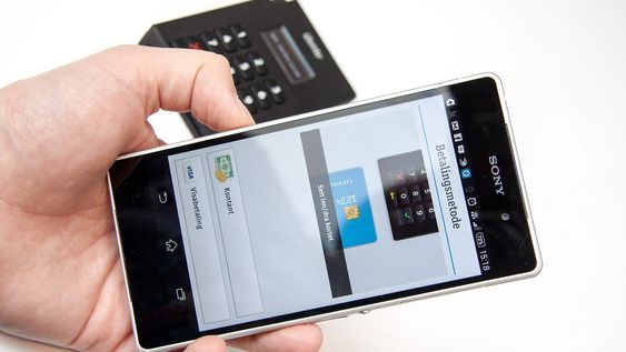 Før kunden setter inn kortet, kan du velge mellom kortbetaling, kontantbetaling eller mobilbetaling.