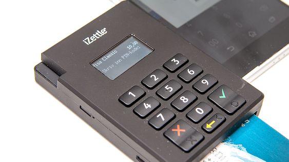 Kortleseren har en liten skjerm som viser instruksjoner og bekreftelse. PIN-kode tastes inn på tastaturet.