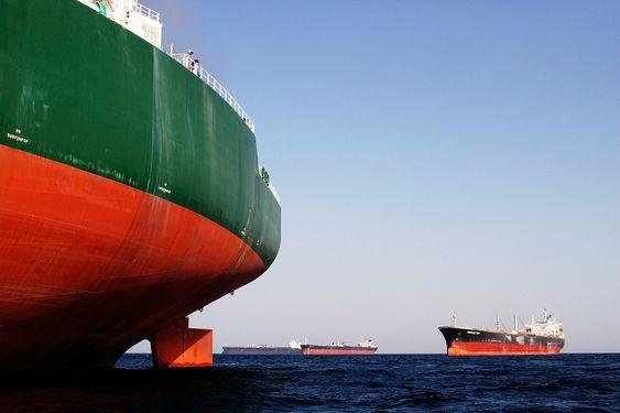 Tungolje: Tankskip venter på last. Dersom de går i transitt gjennom et ECA-område, må de skifte til lavsvoveldrivstoff. WWF frykter at en del skip kan droppe det. Kontroll skjer kun i havn.