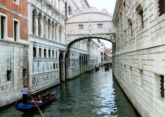 Venezia synker med mindre enn fem centimeter på hundre år.