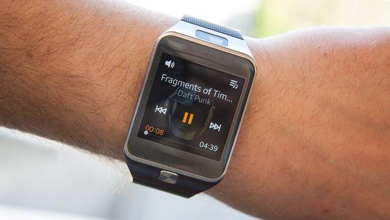 Om du vil, kan du laste inn musikk på klokken. Du er imidlertid nødt til å bruke et Bluetooth-hodesett om du vil ha denne musikken på øret.