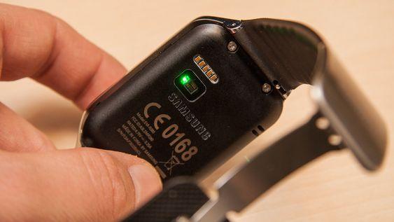 Pulsmåleren sitter på baksiden av klokken. Selv om den gir en rimelig korrekt måling når du står i ro, sliter den med å måle pulsen skikkelig under bevegelse.