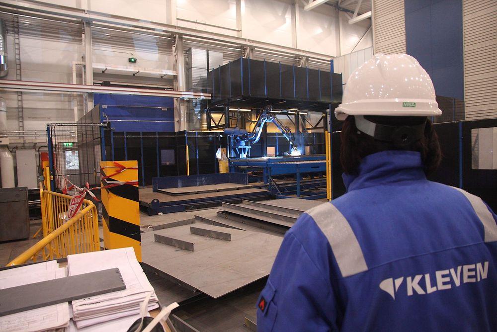 Sveisen: En av sveiserobotene til Kleven i aksjon. Rundt 90 prosent av de prefabrikkerte platene til overbygget på MT 5006 ESV er sveiset med roboter.