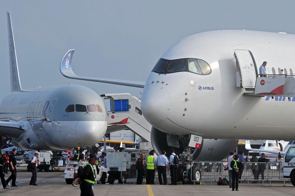 Både Boeing 787 (t.v) og Airbus 350 har komposittskrog. Dolphitech lager NDT-utstyr som foreløpig er godkjent til vedlikehold av B787 og trolig snart også på A350. B787-maskinen tilhører Qatar Airways som for øvrig er lanseringskunde på A350 mot slutten av året.