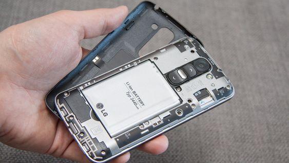 Bakdekselet kan fjernes, slik at du kan skifte batteri, og SIM-/minnekort.