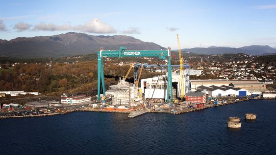"""Ny og gammel: Den nye krana """"Storen"""" ruver foran """"Goliat"""". Den  nye krana kan løfte 800 tonn og måler 115 meter i høyden og 153 meter i bredden."""