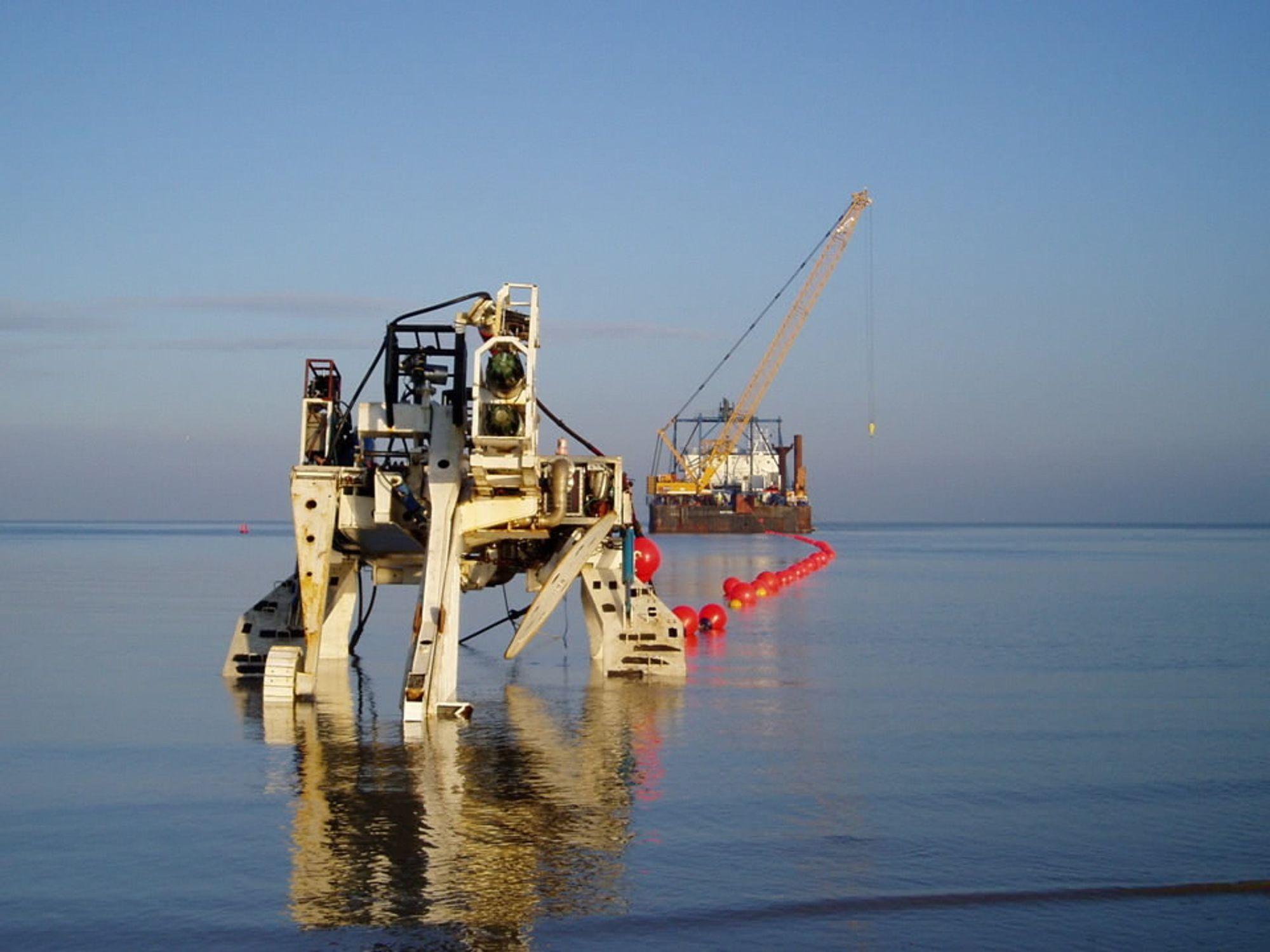De lange strekkene med fiber på bunnen av Nordsjøen legges i en grøft som lages med en slik plog trukket etter kabelskipet.