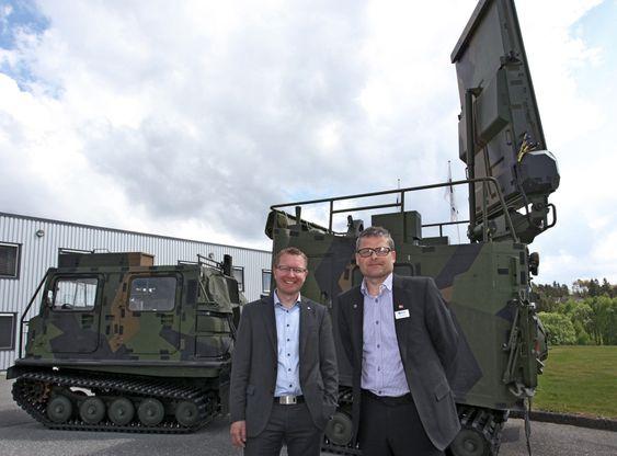 Salgssjef Ole Gabrielsen (t.v) og produktsjef for Giraffe 8A Torstein Bergli i Saab Technologies Norway foran en Arthur-enhet.