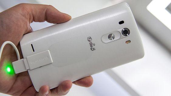 Telefonen kommer i mange fargevarianter, og overflaten kan se ut som børstet metall. Men det er altså plastikk.