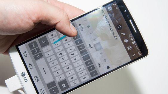 På tastaturet kan du velge ordforslag ved å stryke oppover mot dem.