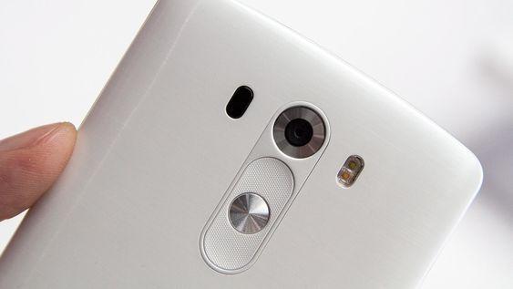 LG har plassert tastene på baksiden. Laserdioden sitter til venstre for kameraet, og fotolyset til høyre har to lysdioder.