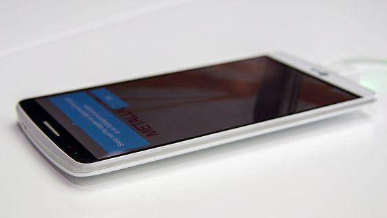 Bakdekselet buer svakt innover mot sidene, noe som gir en illusjon om at telefonen er tynnere enn den er.