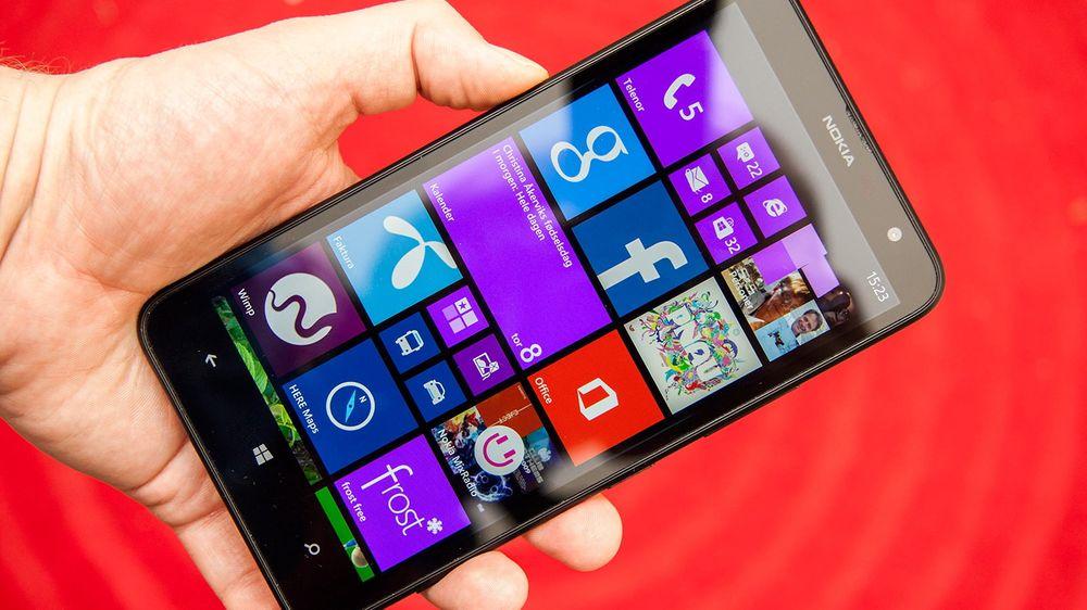 Nokia Lumia 1320 har seks tommers skjerm, og er større enn telefoner flest. Men plassen er godt utnyttet.