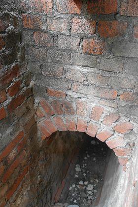 Denne håndmurte avløpskummen og røret har ligget her siden 1879, og ble koblet fra nå i juni måned.