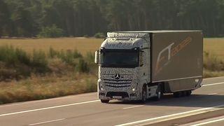 Her kjører lastebilen i 80 km/t uten sjåfør