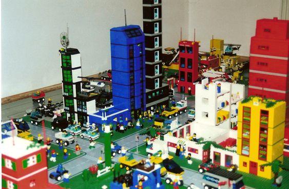 Byggeklosser fra Lego har utformet flere miniatyrfasader enn det som telles kan. Nå følger den virkelige verden etter.