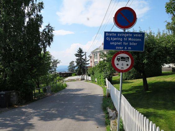 Advarslene er mange ved inngangen til de ulike bratte partiene ned mot E18 Mosseveien.
