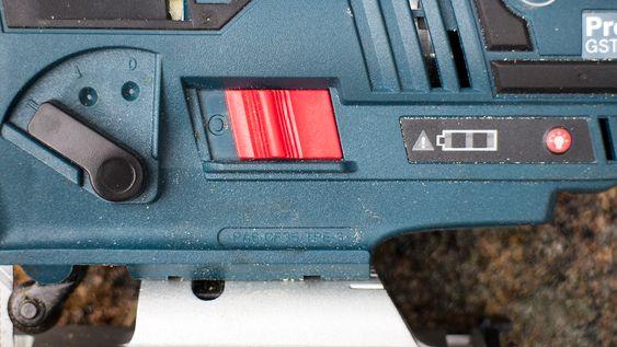 Pendler: En av de største forskjellene mellom de to sagene er at Bosch-en har pendelmekanisme. Det gjør det veldig mye raskere å sage i mange materialer, spesielt når de blir tykkere. Bak pendelbryteren som kan stilles i tre stillinger finner vi av-på-bryteren, strømindikatoren og en bryter for arbeidslyset.