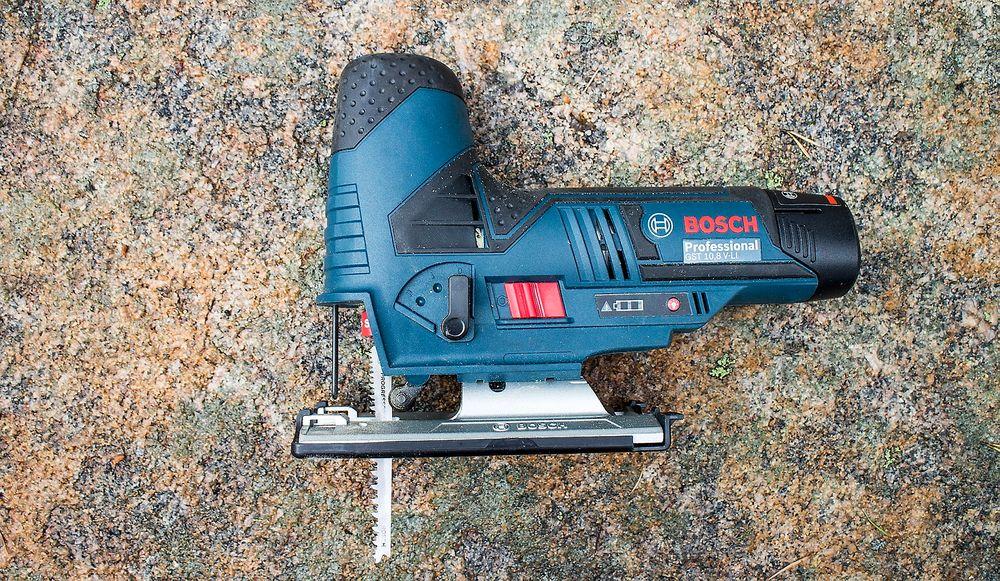 I det blå hjørnet: Med en vekt på bare 1,5 kilo er batteristikksaga fra Bosch visstnok verdens letteste i denne klassen. Bosch skal også ha honnør for at de har dyttet så mye teknologi inn i den lille saga.