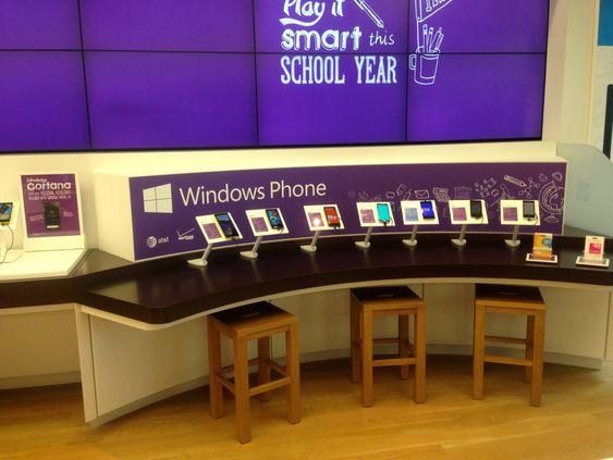 Buede bord er ett av særtrekkene som skiller Microsofts butikker fra Apple sine.
