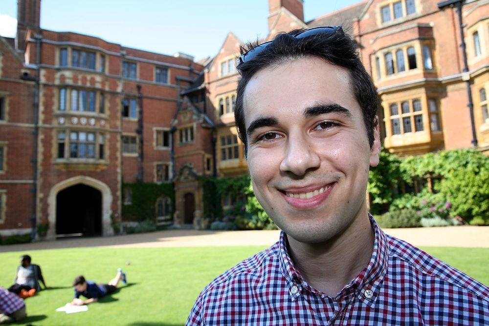 Bor sammen: Cambridge praktiserer det såkalte college-systemet, som betyr at alle studenter er tilknyttet ett av 31 colleger – der de bor og spiser sammen med andre studenter. Her er Mustafa Kømurcu utenfor sitt college, som var Trinity Hall.