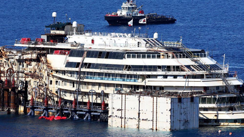 Operasjonen for å få Costa Concordia flytende igjen startet mandag.
