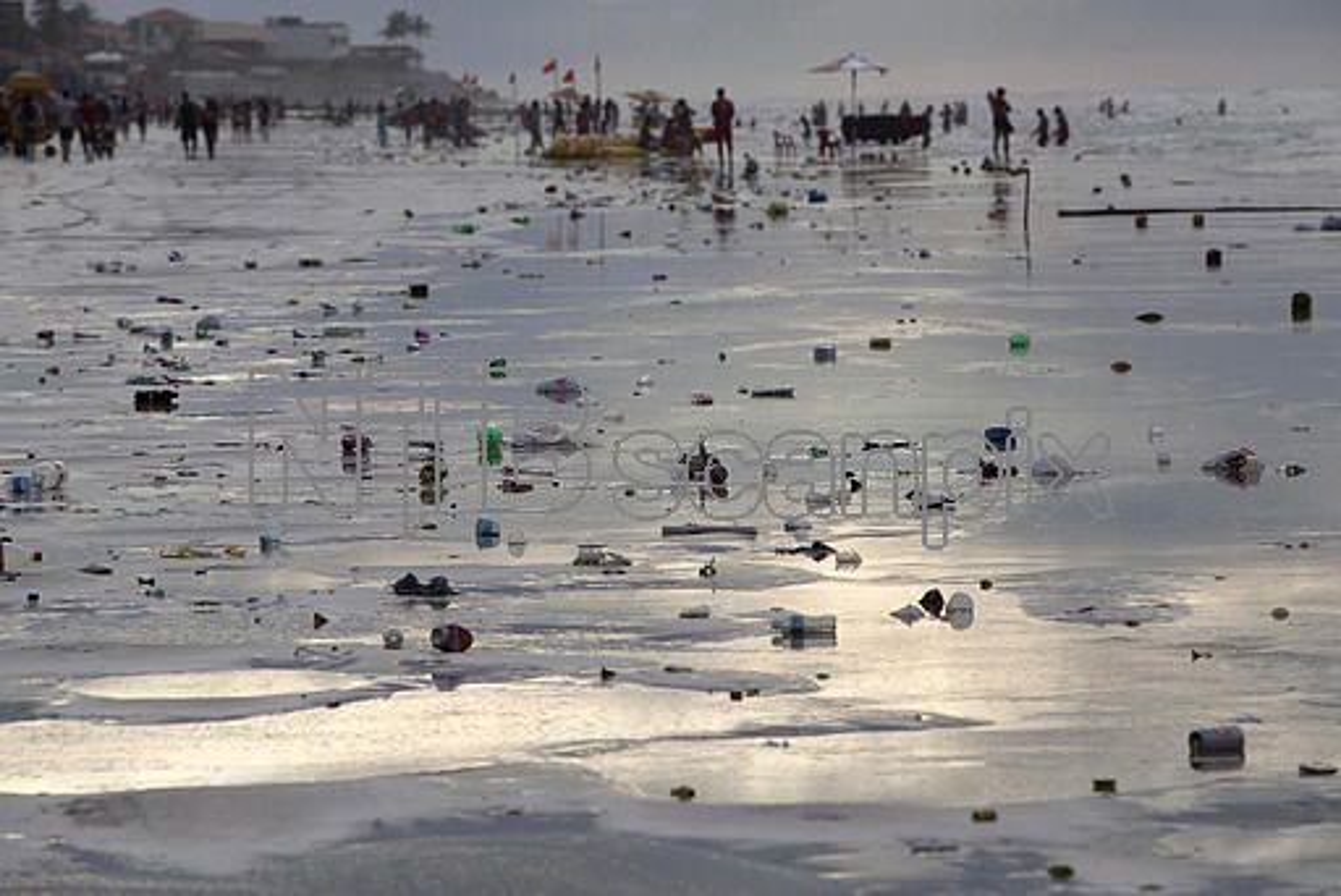Søppelet flyter på stranden Atalaia i Brasil.