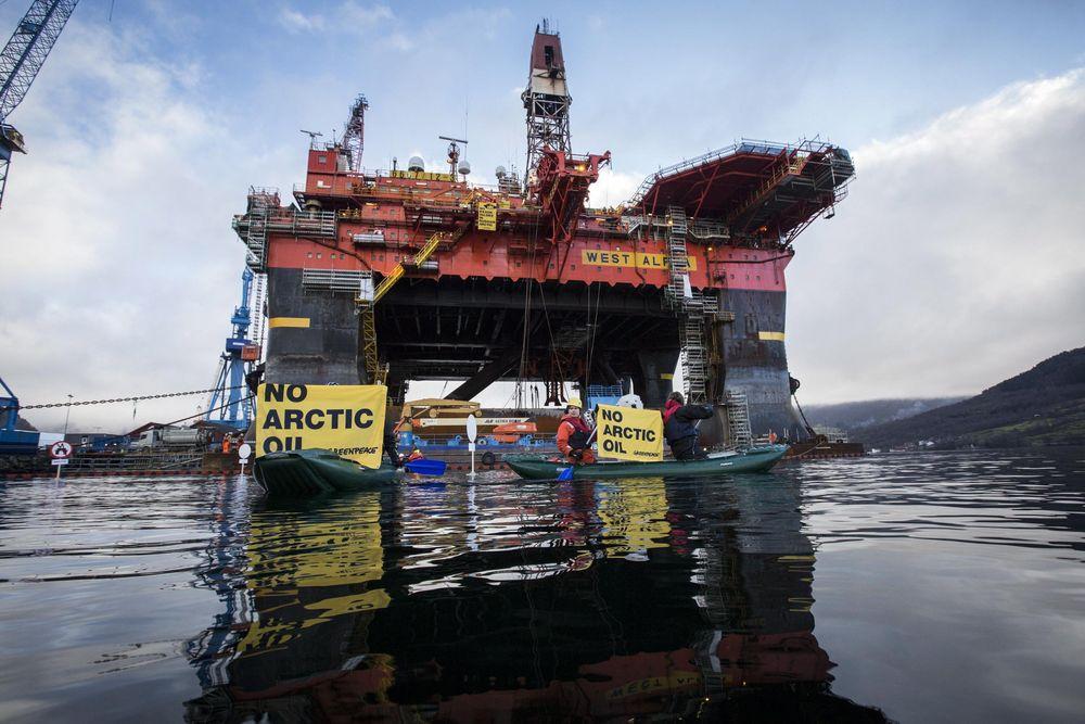Riggen West Alpha er for tiden på vei til Karahavet i russisk Arktis. EU vil med de nye sanksjonene ramme russisk oljeleting og utvinning i arktiske områder. Tidligere i år aksjonerte Greenpeace mot riggen.