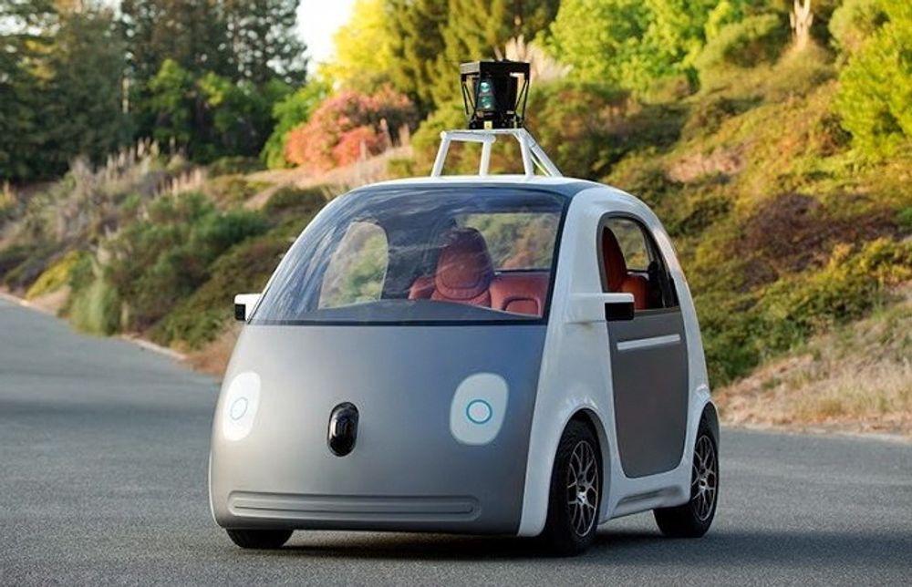 Førerløse biler, som denne fra Google, er tillatt i England fra og med årsskiftet.