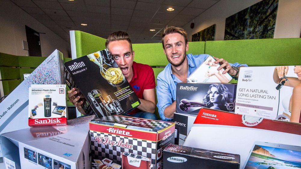 Tord Overå (22) og Tobias Martinsen (21) er produkttestere for Elkjøp i sommer.