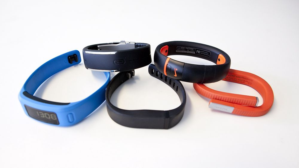 Fra venstre bak og rundt med klokka: Polar Loop, Nike Fuelband+ SE, Jawbone Up24, Fitbit Flex og Garmin Vivofit.