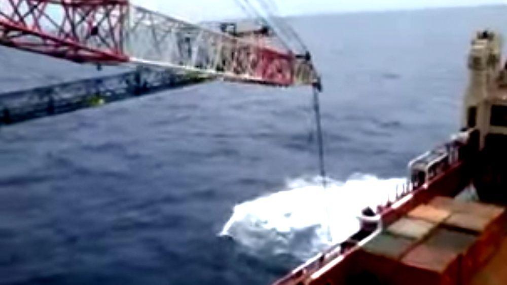 En intens hvinelyd og et plask er alt det forskrekkede mannskapet hører idet kranbom og last forsvinner ned i sjøen.